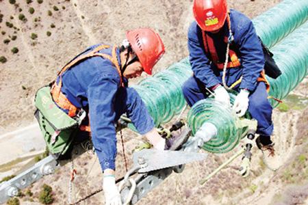 国网四川电力员工在川藏网工程线路检修